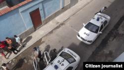 Autos policiales a la puerta del domicilio del periodista independiente guantanamero Roberto Jesús Quiñones (foto del autor).