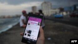 Youtubers cubanos exhiben la conexión a su página en la red social de vídeos, en La Habana. Archivo. AFP.