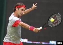 El tenista suizo Roger Federer golpea la bola…