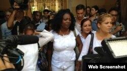 Damas de Blanco al salir del Arzobispado