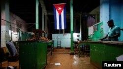 Una bandera cubana en una bodega. REUTERS/Alexandre Meneghini