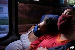 Ada Mendoza apoya la cabeza en el hombro de su pareja Leo Camejo
