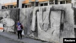 Una mujer en una calle de La Habana. REUTERS/Jim Bourg