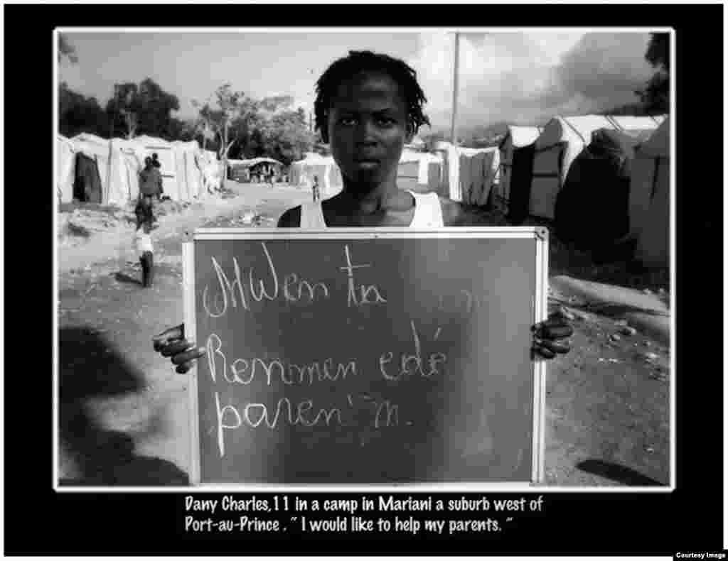 """""""Quiero ayudar a mis padres"""". Foto Roberto Koltún cortesía de The Miami Herald."""