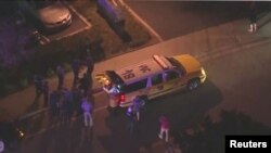 Una ambulancia recoge a los heridos durante un tiroteo que dejó trece muertos en el bar Borderline en Thousand Oaks, California, incluido el agresor.