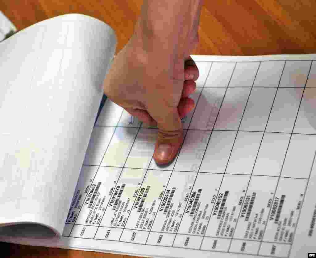 Una joven venezolana en Cuba ejerce su derecho al voto hoy, domingo 14 de abril del 2013, en la sede del Consulado de su país en La Habana (Cuba).