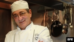 El chef cubano Rolando González, en esta fotografía reciente, ha logrado cautivar el paladar del sur de California con los sabores más típicos y tradicionales de Cuba, desde la ropa vieja al bistec encebollado. EFE/Yasmín Rincón