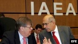 El director de la Agencia Internacional de la Energía Atómica (AIEA), Mohamed ElBaradei (dcha), conversa con el inspector jefe de armamento de la AIEA, Oili Heinonen.