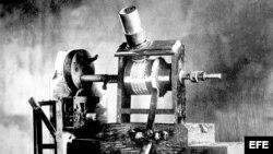 """Primer aparato parlante, """"el fonógrafo"""", inventado por el estadounidense Thomas Alva Edison en 1886."""
