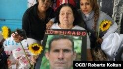 Amelia García, madre de José Daniel Ferrer, sostiene un afiche con la imagen de su hijo durante una manifestación en Miami por su liberación.