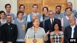 La presidenta de Chile, Michelle Bachelet (c), habla el miércoles 27 de diciembre de 2017, en el Palacio de La Moneda en Santiago de Chile (Chile).