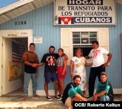 Cobo junto a balseros cubanos en la sede del Hogar de Tránsito de Cayo Hueso. (Roberto Koltun OCB)