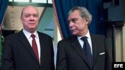 Rodrigo Malmierca (c), junto al exsecretario de Comercio estadounidense Carlos Gutiérrez (d) y la presidenta del Consejo Empresarial de Estados Unidos-Cuba Jodi Bond (i).