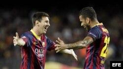 El delantero argentino del FC Barcelona Lionel Messi (i) celebra con su compañero, el brasileño Dani Alves, el gol que ha marcado ante el Ajax.