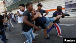 El activista LGBTI, Ariel Ruiz Urquiola, detenido durante una marcha contra la homofobia en La Habana, Cuba.