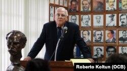 Santiago Alvarez habla durante la conferencia de prensa en la Casa del Preso de la Pequeña Habana.