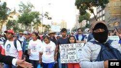 Manifestantes participan en una marcha en protesta por los 43 estudiantes desaparecidos en Ayotzinapa hace más de dos meses.