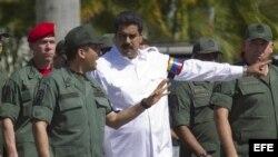 El presidente de Venezuela, Nicolás Maduro (c), conversa con el ministro de de Interior y Justicia, general Miguel Rodríguez.
