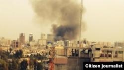 Una columna de humo se alza de las cercanías del Consulado de EEUU en Irbil, Irak, tras la explosión de un auto bomba.