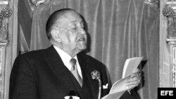 """Alejo Carpentier en la Universidad de Alcalá de Henares, en el acto de entrega del premio de literatura en lengua castellana """"Miguel de Cervantes"""", 1977."""