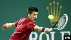 El tenista serbio Novak Djokovic devuelve la bola al español David Ferrer en su partido de cuartos de final del Másters 1.000 de Shanghái (China) el viernes 10 de octubre de 2014.