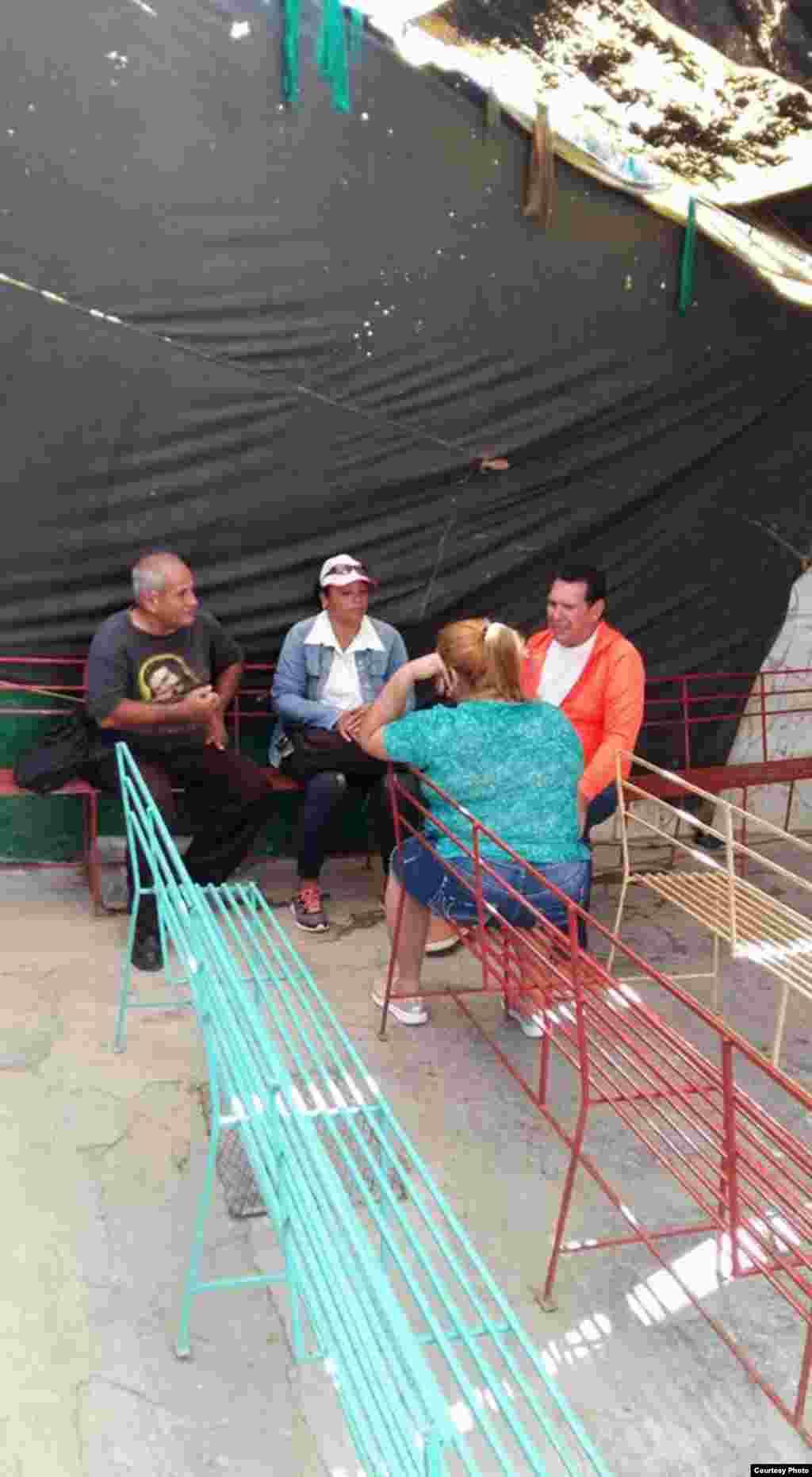 Funcionarios del Partido Comunista de Cuba (PCC) y el Departamento de Higene y Epidemiología que visitaron al pastor Mario Jorge Travieso en Las Tunas (II).
