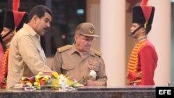 Fotografía cedida por prensa de Miraflores del presidente de Cuba, Raúl Castro, junto al mandatario de Venezuela, Nicolás Maduro.