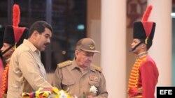 CAR03. CARACAS (VENEZUELA), 20/04/2013.- Fotografía cedida por prensa de Miraflores del presidente de Cuba, Raúl Castro (c), junto al nuevo mandatario de Venezuela, Nicolás Maduro (i), visitando hoy, sábado 20 de abril de 2013, un antiguo cuartel militar