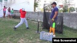 Los padres piden ayuda para que sus hijos puedan practicar el béisbol.