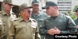 El ministro de Defensa de Venezuela, Vladimir Padrino (d), con el ministro cubano de las FAR Leopoldo Cintra Frías (Archivo).