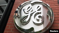 Logo de General Electric Co. en el edificio sede de la compañía en Boston, Massachusetts.