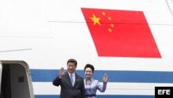 MEX20. CIUDAD DE MÉXICO (MÉXICO), 04/06/2013.- El presidente chino, Xi Jinping, y su esposa, Peng Liyuan, llegan hoy, martes 4 de junio de 2013, al aeropuerto internacional Benito Juárez, en Ciudad de México (México). Xi Jinping comienza una visita de Est