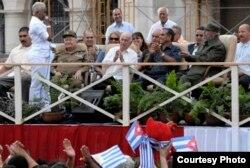 Saludos entre Haila y Fidel Castro