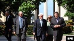 El presidente de la Cámara de Comercio de Estados Unidos, Thomas Donohue (c), visitó Cuba en 2014.
