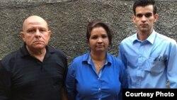 El equipo de trabajo de Convivencia: (izq. a der.) Dagoberto Valdés, Karina Gálvez y Yoandy Izquierdo.
