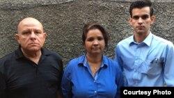 Equipo de trabajo de la Revista Convivencia. (i-d) Dagoberto Valdés, Karina Gálvez y Yoandy Izquierdo.