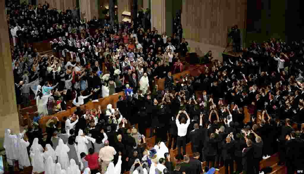 El Papa saluda a los invitados a la canonización de Junípero Serra, en la Basílica del Santuario Nacional de la Inmaculada Concepción en Washington