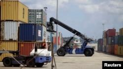 Un trabajador portuario en Cuba en el Puerto de La Habana. REUTERS/Desmond Boylan