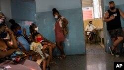 Una embarazada espera para ser inoculada con Abdala, una de las vacunas que ensaya Cuba contra el COVID-19. (AP/Ramón Espinosa)