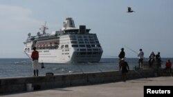 El crucero MS Empress of the Seas, operado por Royal Caribbean International, sale de la bahía de La Habana, Cuba, el 5 de junio de 2019. REUTERS.