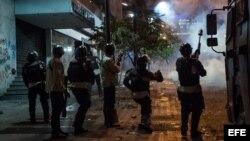 Un pelotón de la Policía Nacional Bolivariana (PNB) reprimen a manifestantes en el sector de Chacao en Caracas (Venezuela).