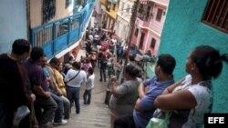 Miles de caraqueños hacen cola hoy, 07 de octubre de 2012, durante la jornada de elecciones presidenciales que se está celebrando en Venezuela.