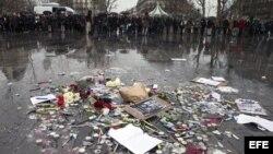 """Muestras de duelo en París, por el atentado a la publicación """"Charlie Hebdo""""."""
