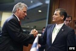 El primer vicepresidente de Cuba, Miguel Díaz-Canel, saluda al presidente de Ecuador, Rafael Correa (i-d), antes del comienzo de la cumbre.