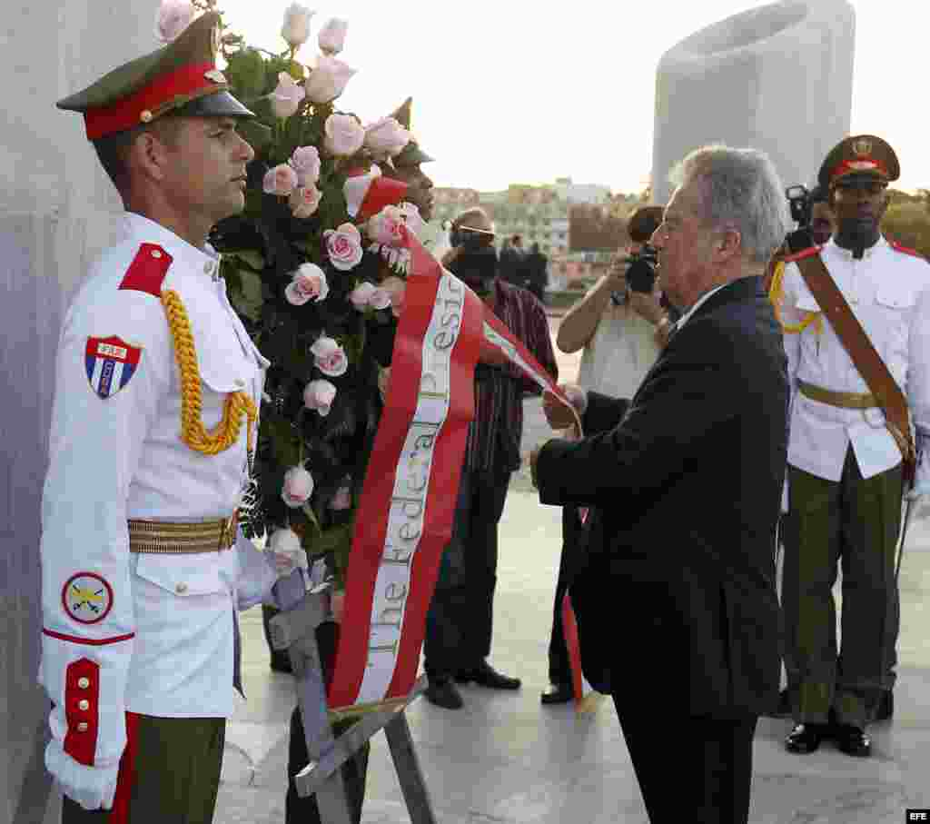 El presidente de Austria, Heinz Fischer (d), participa en la ceremonia de colocacion de una ofrenda floral al héroe nacional cubano José Martí hoy, miércoles 2 de marzo de 2016.