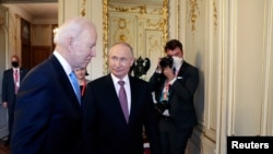 El presidente de Estados Unidos, Joe Biden, y el presidente de Rusia, Vladimir Putin, se reúnen para la cumbre entre Estados Unidos y Rusia en Villa La Grange en Ginebra, Suiza, el 16 de junio de 2021. (Sputnik / Mikhail Metzel / Pool vía REUTERS).