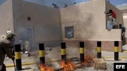 Fotografía de archivo. Manifestantes yemeníes irrumpieron en la Embajada de EEUU en Saná durante una protesta contra una película sobre el profeta Mahoma considerado blasfema por los musulmanes.