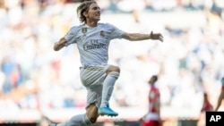 Luka Modric del Real Madrid celebra su gol. AP Photo/Bernat Armangue