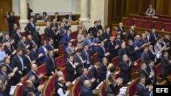 Diputados ucranianos aplauden tras la votación celebrada en el Parlamento en Kiev, Ucrania (23 de diciembre, 2014).