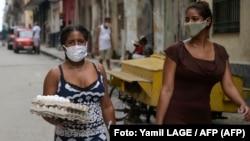 Mujeres cubanas caminan por las calles de La Habana durante la pandemia.